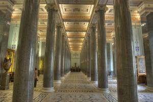 Зал, колонны из натурального декоративного камня | Stone House