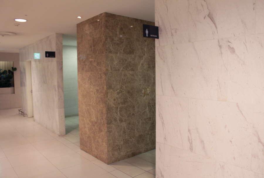 Мрамор в Днепропетровске, каменные полы выполнены не только в помещении, но и снаружи.Разрушительное воздействие не оказывает на камень